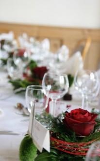 Rote Rosen als klassische Tischdekoration
