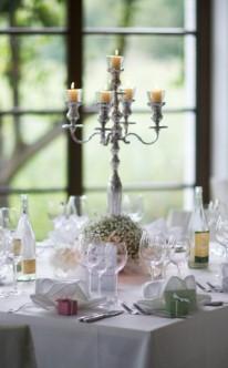 Tischdekoration mit riesigem Kerzenhalter