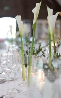 Dezente Dekoration mit weißen Lilien