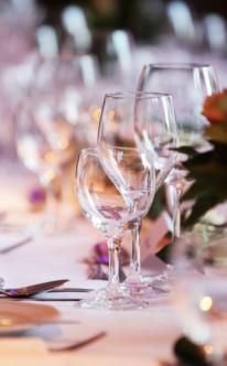 Klassische Tischdekoration im Kerzenschein