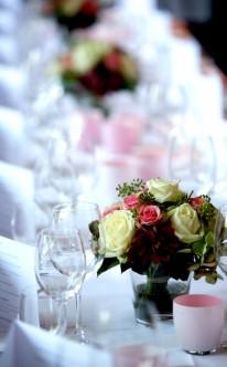 Klassisches Gebinde als Tischschmuck