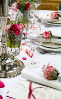 Tischdekoration mit verschiedenen Rosatönen