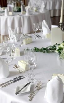 Dekoration auf runden Tischen
