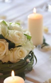 Kugliger Blumenschmuck aus weißen Rosen