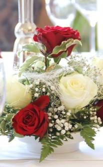 Blumenschmuck in Weiß und Rot