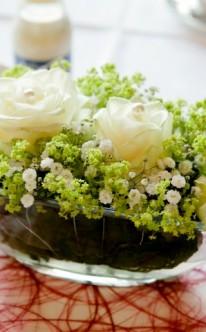 Klassischer Blumenschmuck in einer Glasschale