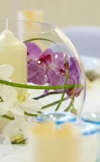 Blumenschmuck in Kugelvase
