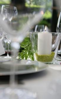 Tischdekoration mit weißen Kerzen