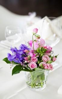 Tischdekoration in Rosa und Blau