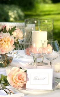Tischdekoration mit zarten Rosen
