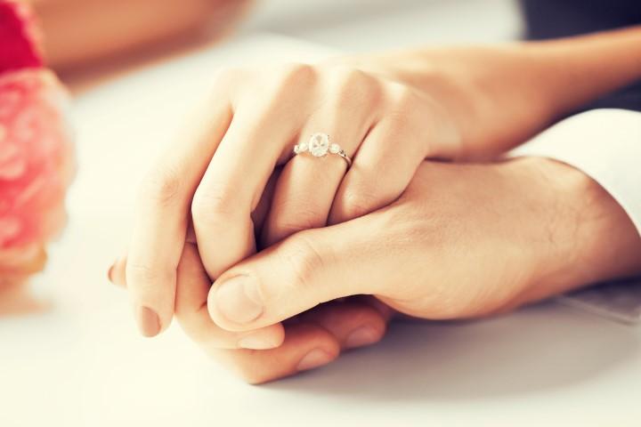 Mann und Frau mit Verlobungsring