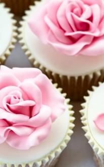 verschiedene rosa Blüten zieren diese Muffins