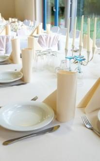 Tischdekoration mit gelben Servietten