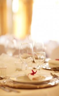 Dezente Tischdekoration mit roten Farbakzenten