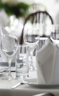 Klassische Tischdekoration in Weiß