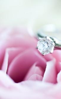 Verlobungsring mit kleinem Diamant