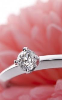 Verlobungsring runder und kleiner Diamant