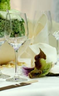 Tischdekoration mit Orchideenblüten
