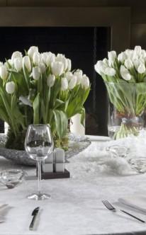 Tischdekoration mit weißen Tulpen