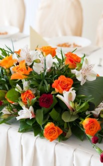 Buntes Blumenbouquet als Tischschmuck