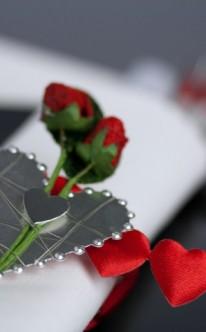 Tischdekoration mit roten Herzen