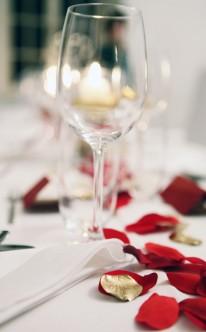 Tischdekoration mit Blütenblättern