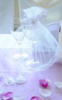 Tischdekoration in Rosa und Weiß