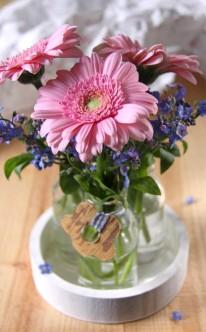 Blau-rosa Blumenschmuck