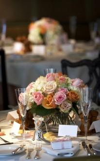 Ein Strauß aus pastellfarbenen Rosen