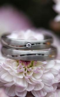 Silberne Eheringe mit kleinem Stein