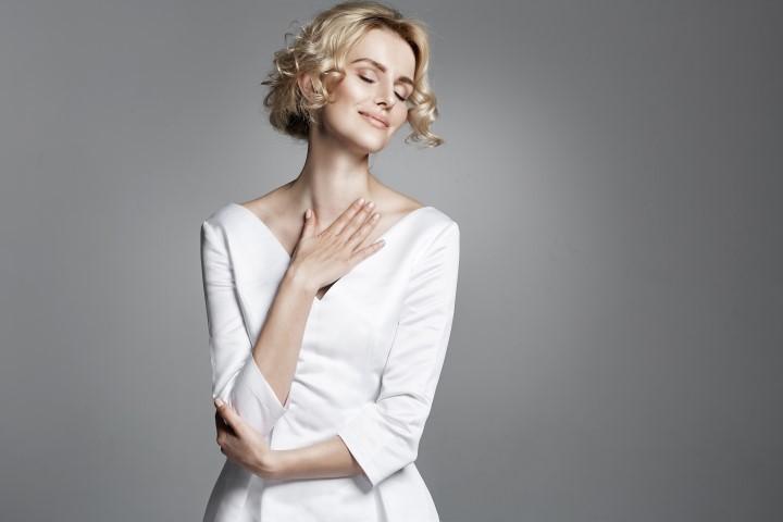 Brautfrisur für kurze lockige Haare