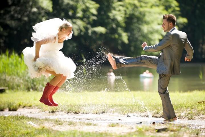 Brautpaar feiert ausgelassen