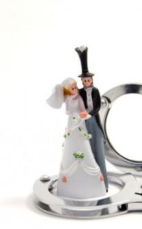 Handschellen als Hochzeitsgeschenk