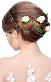 Brautfrisur mit kleinen Rosen