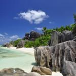 Felsen stechen ins Meer vor den Seychellen