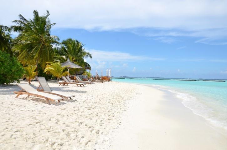 Sand mit Liegestühlen