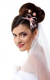 Natürliches Make-up passend zu Haarfarbe und Accessoires.