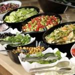 Buffet mit verschiedenen Salaten