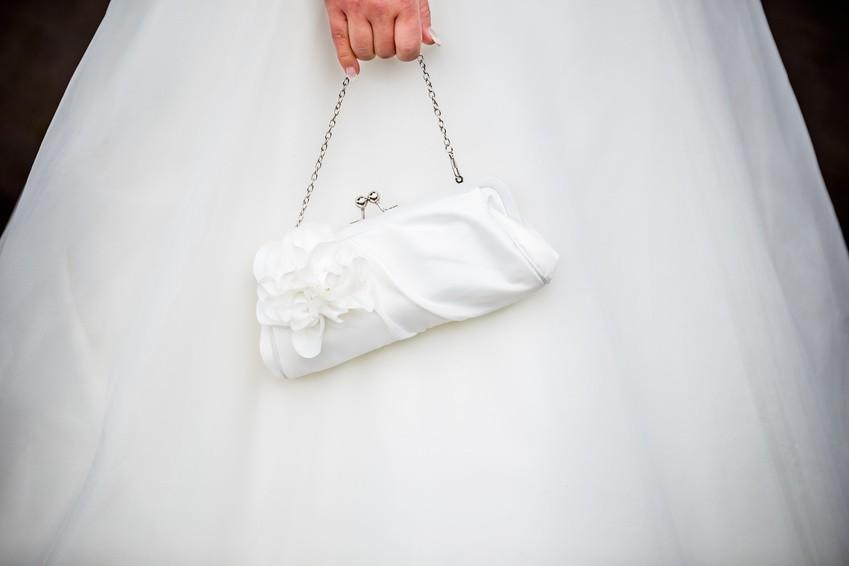 weiße Hochzeitstasche