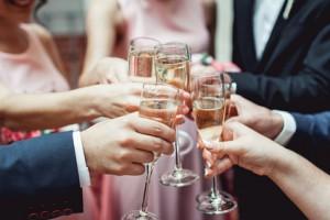 Freunde und Verwandte zur Hochzeit im Winter einladen