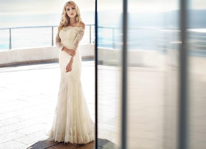 Junge Braut im Brautkleid aus Spitze