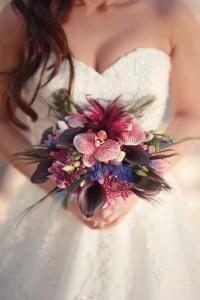 Brautstrauss violett und Pfauenfedern