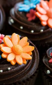 bunte Blüten auf Schokoladen-Creme