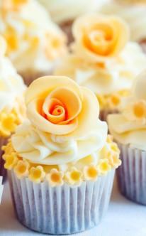 gelbe Rosen als Krönung auf den Cupcakes