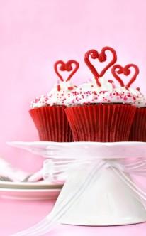 herzliche Cupcakes mit weißer Creme