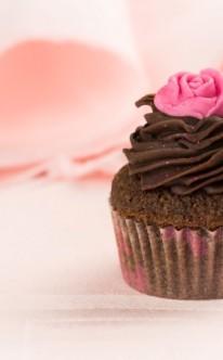 pinke Zuckerrose ziert diesen Schoko-Cupcake