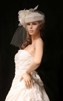 Extravagant: Brauthut mit Schleier und Blüte