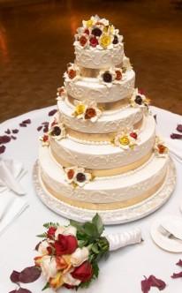herbstliche Hochzeitstorte mit warmen Farben