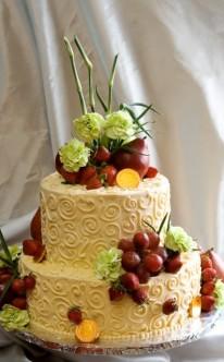 Früchte dekorieren die Hochzeitstorte
