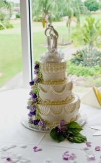 lila Blüten zieren diese Torte